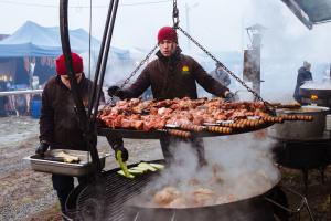 ザカルパッチャ州にて豚肉美食フェスティバル開催