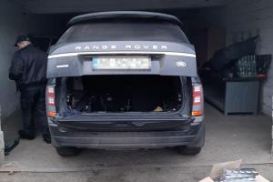 У контрабандиста сигарет на кордоні з Угорщиною вилучили Range Rover