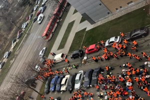У Дніпрі пікетувальники перекрили всі під'їзди до головного офісу ПриватБанку