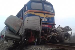 На Закарпатье поезд протаранил грузовик, двое погибших