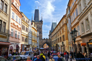 Прага хоче обмежити розміщення туристів через Airbnb
