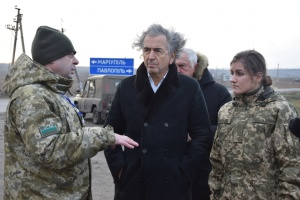 Французский писатель Бернар-Анри Леви посетил КПВВ на Донбассе