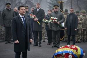Volodymyr Zelensky a déposé des fleurs à la Croix du souvenir des héros de Krouty