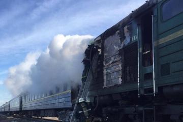"""Lokomotive des Passagierzugs """"Charkiw - Cherson"""" fängt während Fahrt Feuer"""