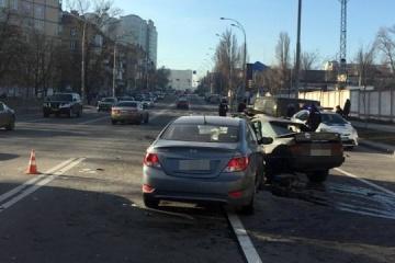 Drei Autos in Kyjiw zusammengeprallt, ein Autofahrer gestorben