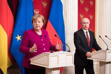 En visite d'adieu à Moscou, Merkel conseille de maintenir en vie «les négociations de paix sur l'est ukrainien»
