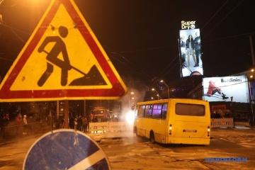 La chaussée s'effondre après la rupture d'un tuyau au centre de Kyiv