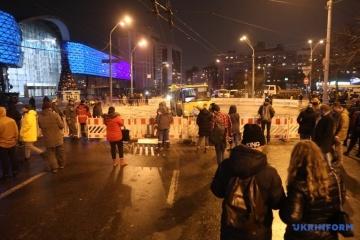La chaussée s'effondre après la rupture d'une canalisation au centre de Kyiv