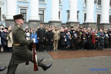 Le président ukrainien commémore les défenseurs de l'aéroport de Donetsk