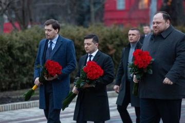 Líderes del Estado depositan flores en los monumentos a Shevchenko y Grushevsky
