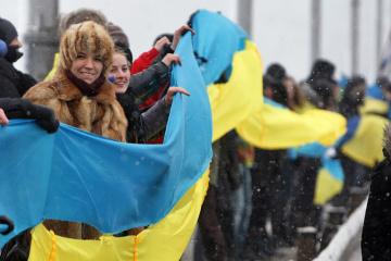 """""""Cadenas humanas"""" con motivo de la unificación en la historia de Ucrania"""