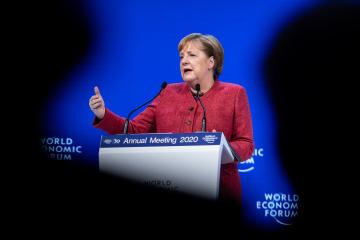 Merkel insta a Putin a reducir la presencia militar de Rusia cerca de Ucrania