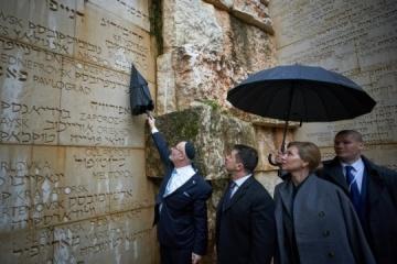 Israël salue la façon dont Volodymyr Zelensky a honoré la mémoire des victimes de la Shoah