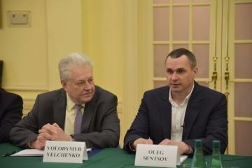 À Washington, Sentsov a appelé à déconnecter la Russie du système SWIFT