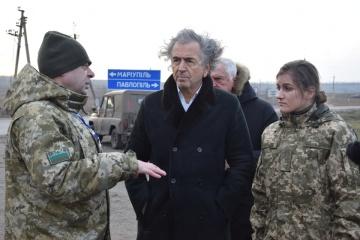 L'écrivain français Bernard-Henri Levy visite un point de contrôle dans le Donbass