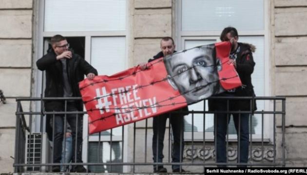 Асеев снял баннер в свою поддержку с балкона редакции