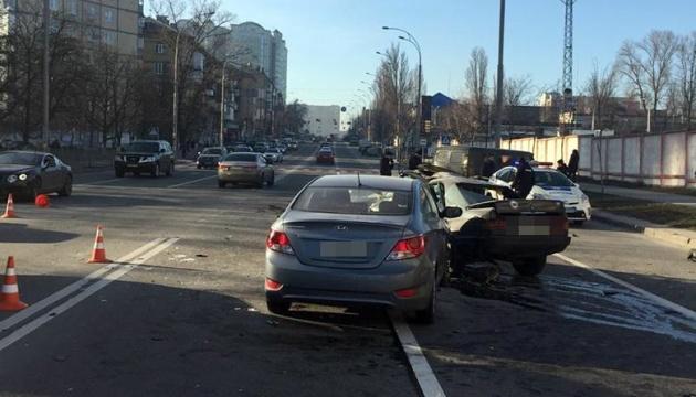 В Киеве столкнулись три автомобиля, один водитель погиб