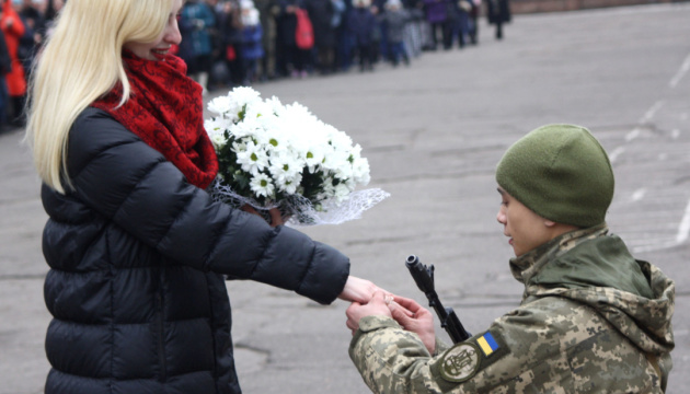 У Миколаєві військовий освідчився дівчині під час церемонії складання присяги