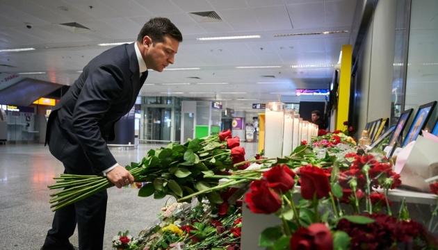 Zelensky honra la memoria de las víctimas del accidente aéreo en Irán