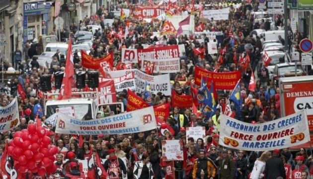 У Франції проходять масові демонстрації проти пенсійної реформи