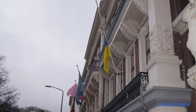 Посольство України в Нідерландах на знак жалоби приспустило прапор