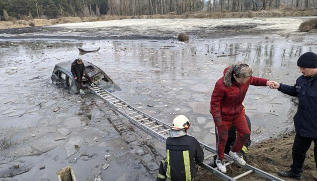 На Полтавщині авто влетіло у водойму, двоє постраждалих