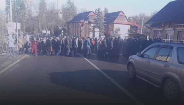 На Прикарпатті люди другий день блокують трасу