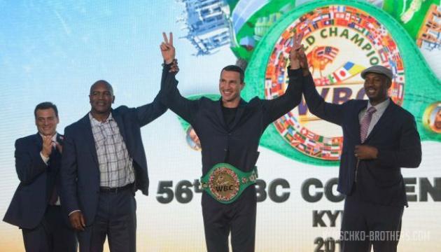 Фани боксу можуть сфотографуватися з чемпіонським поясом Володимира Кличка