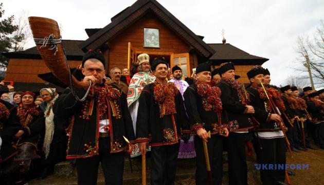 Гуцули везуть до Львова свої коляду і плєс