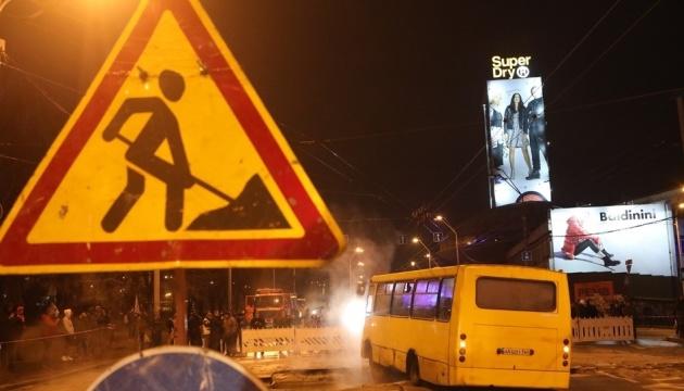 У Києві — прорив труби: підтопило Ocean Plaza, під асфальт