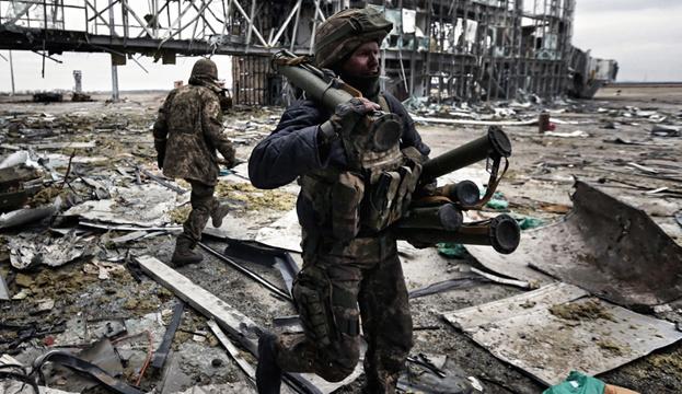 L'Ukraine commémore les défenseurs de l'aéroport de Donetsk