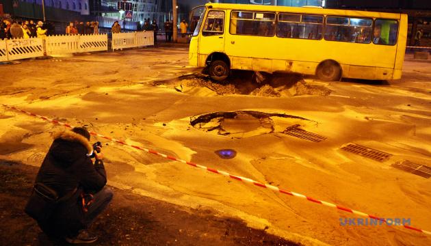 У столиці перекрили рух транспорту біля Либідської площі через прорив тепломережі