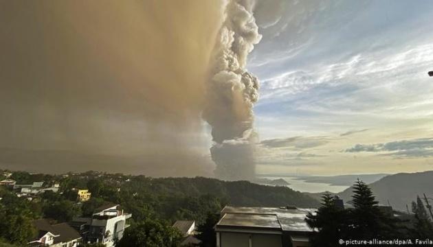 Виверження вулкана на Філіппінах: троє загинули, понад 80 тисяч евакуювали