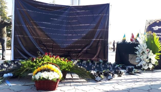 Дипломати з України, Швеції і Канади поклали квіти на місці катастрофи літака МАУ