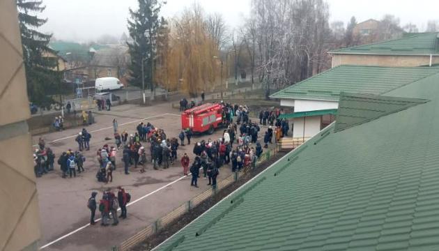 У школі на Київщині розпилили аерозольний балончик, учнів та вчителів евакуювали