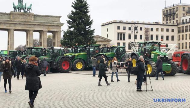 Німецькі фермери на тракторах перекривали центр Берліна