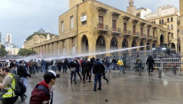 На протестах в Ливане пострадали уже более 400 человек