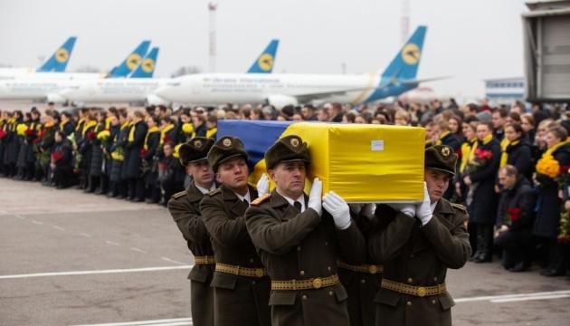 ウクライナ機撃墜犠牲者の遺体がボリスピリ空港到着 告別式開催