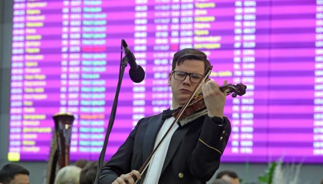 """В """"Борисполе"""" военный оркестр почтил память"""
