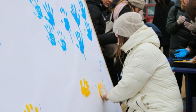Прапор з відбитків долонь: у Вінниці проводять флешмоб до Дня Соборності