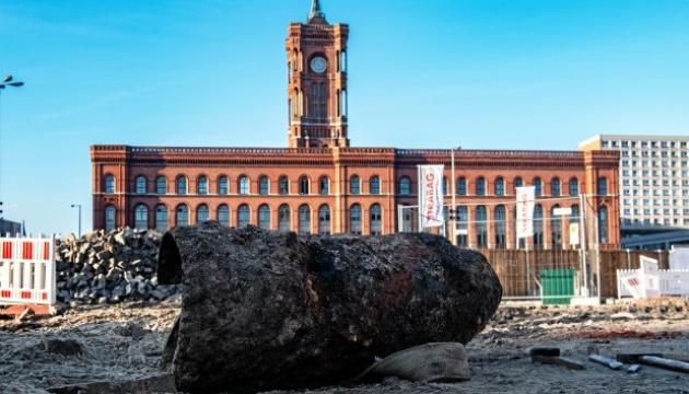 Из-за бомбы в центре Берлина эвакуировали ратушу и закрыли телебашню