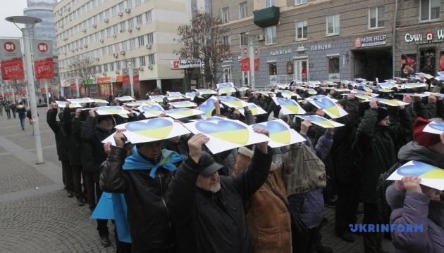 Днипро отметил День Соборности флешмобом с сине-желтыми сердцами