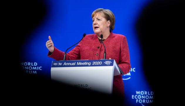 Меркель шкодує через рішення Крамп-Карренбауер, проте поважає його