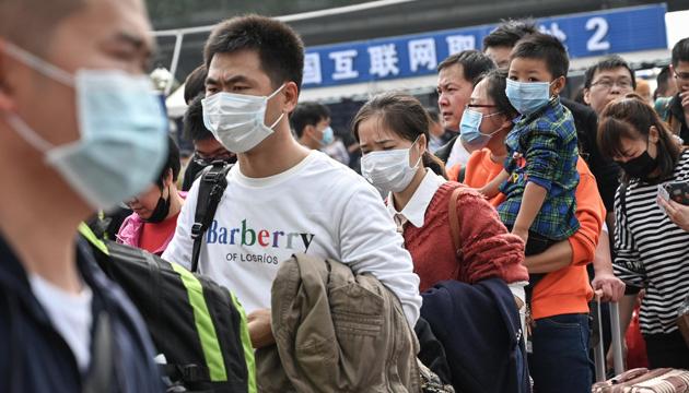 Черги у лікарнях та порожні полиці у крамницях — що спричинив коронавірус у Китаї
