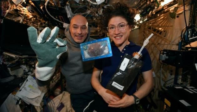 Астронавты впервые приготовили еду в космосе