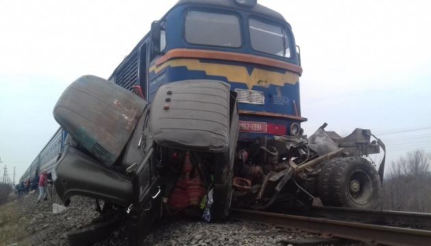 На Закарпатті потяг протаранив вантажівку, є загиблі