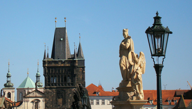 Чехия ужесточает карантин и переводит на «дистанционку» все школы