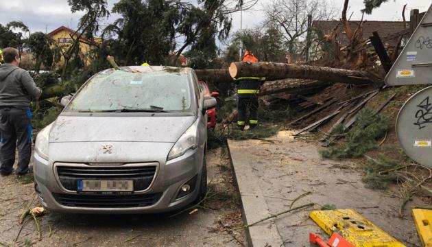 Повалені дерева, знеструмлені будинки і пошкоджені автомобілі: Чехією пронісся ураган