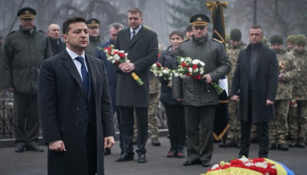 Зеленський поклав квіти до Пам'ятного Хреста Героям Крут