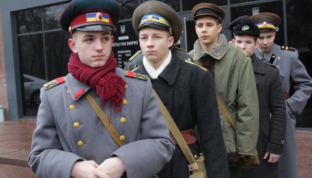 ドニプロ市で約100年前のクルーティの戦いの衣服など一部再現